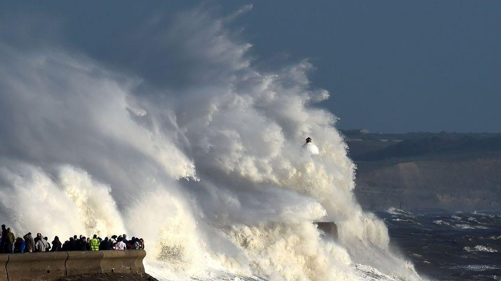 Grandes olas impactan contra un faro tras el paso de Ophelia
