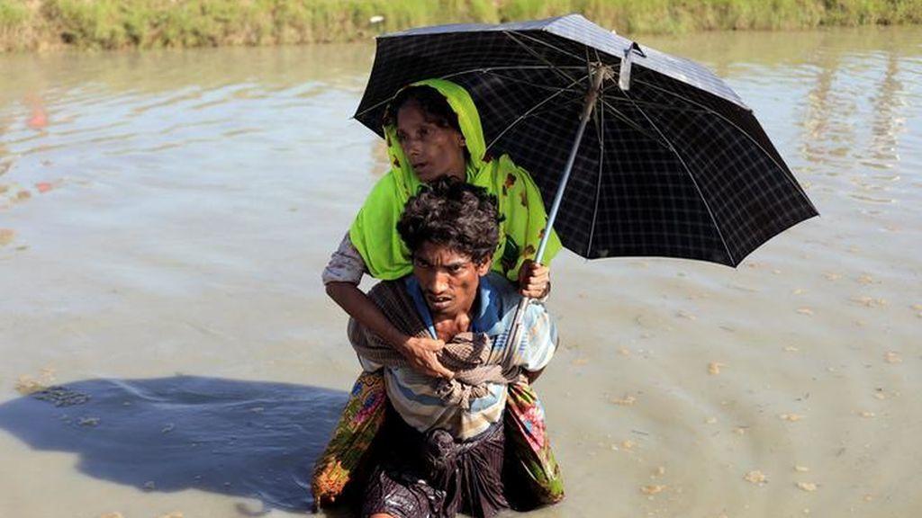 Los rohingya cruzan la frontera a Bangladesh