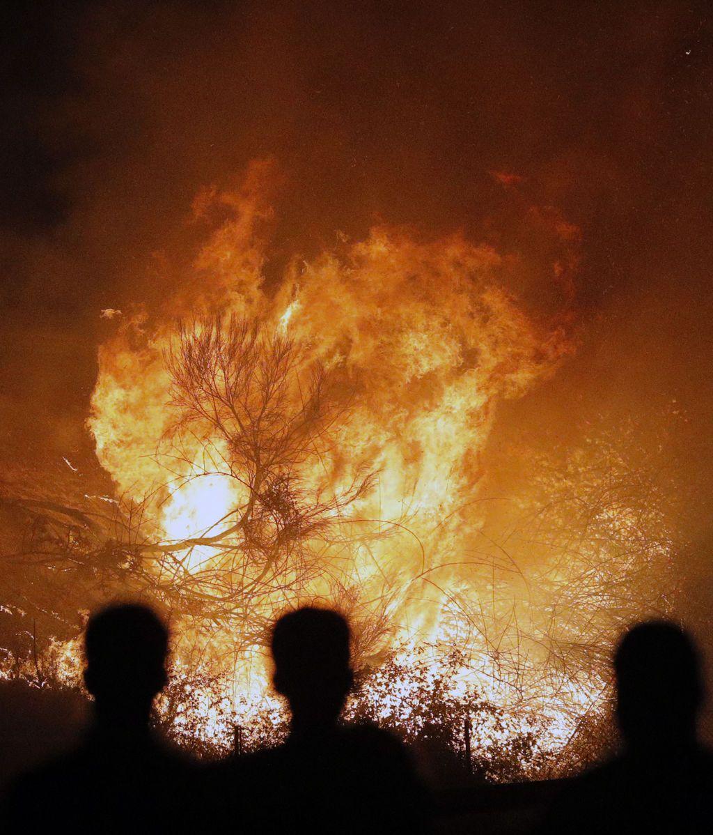Aumentan a tres las víctimas mortales de los incendios que arrasan Galicia