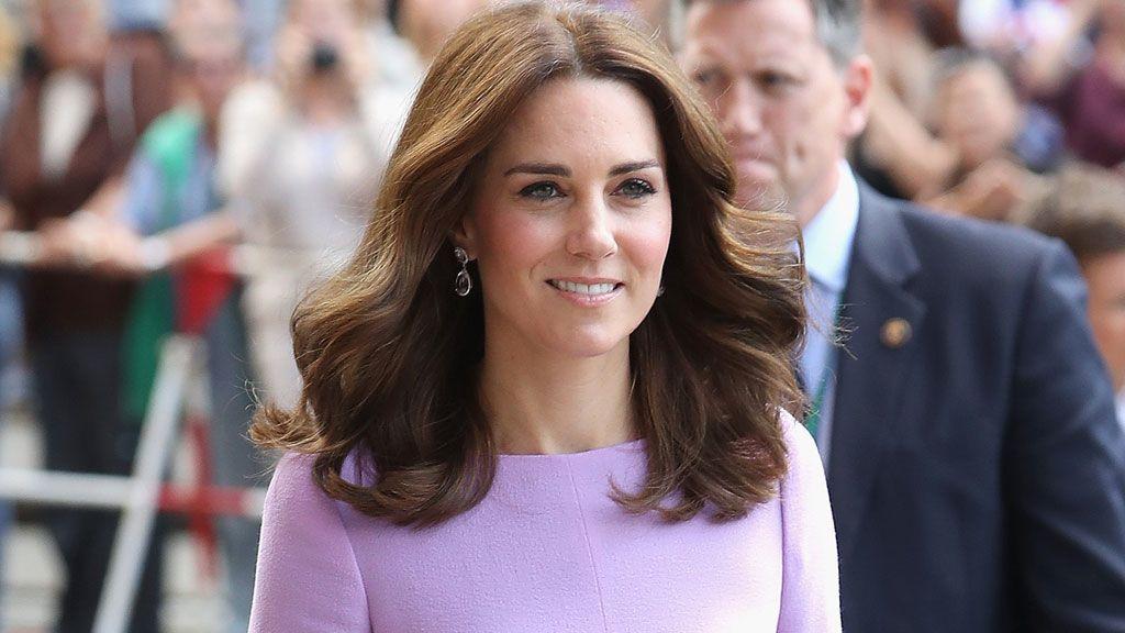 ¿ Quién saca a bailar a la Duquesa de Cambridge en una estación de tren? Pista: No es su esposo