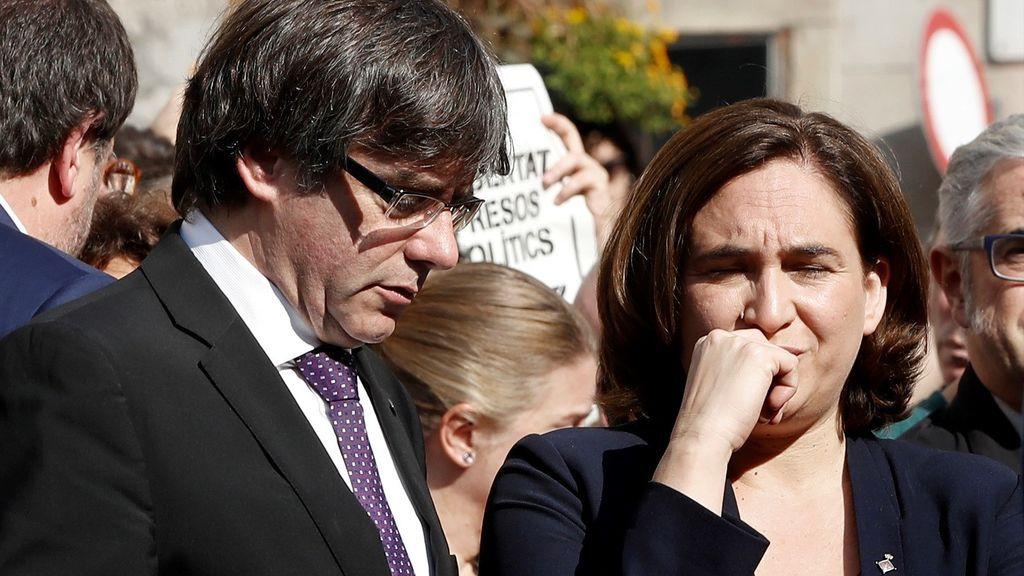 Puigdemont y Colau encabezan una concentración en Barcelona contra las detenciones