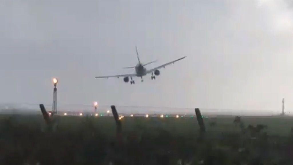 El arriesgado aterrizaje de un avión sacudido por el huracán Ophelia