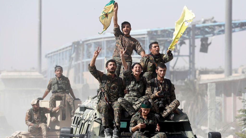 Soldados de las Fuerzas Democráticas de Siria (SDF) celebran la victoria en Raqqa