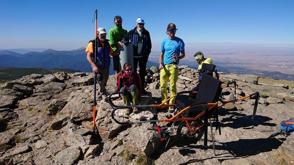 Un atleta sufre un ictus y nueve años después sus amigos le suben en silla de ruedas a su montaña favorita