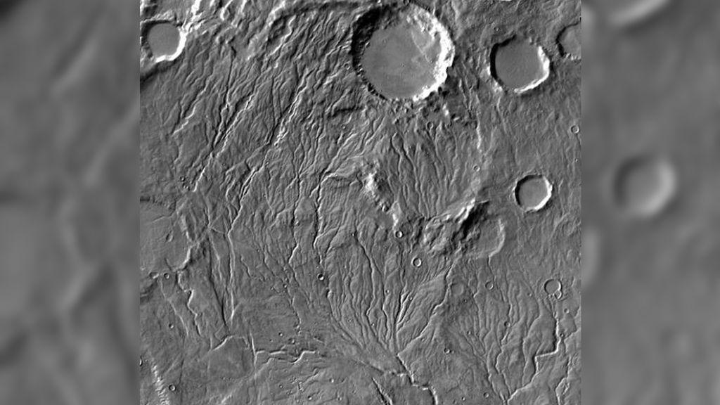 El agua pudo fluir por la superficie congelada del antiguo Marte