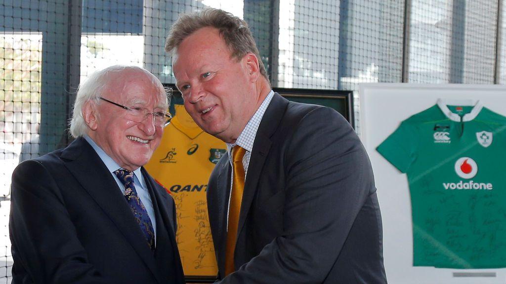 El presidente de Irlanda, Michael Higgins, estrena la mano del presidente ejecutivo de Australian Rugby Union, Bill Pulver
