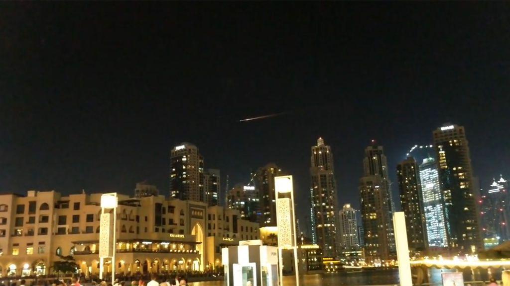 El cielo de Dubái, iluminado por un desconcertante haz de luz: ¿Es un meteorito o un ovni?