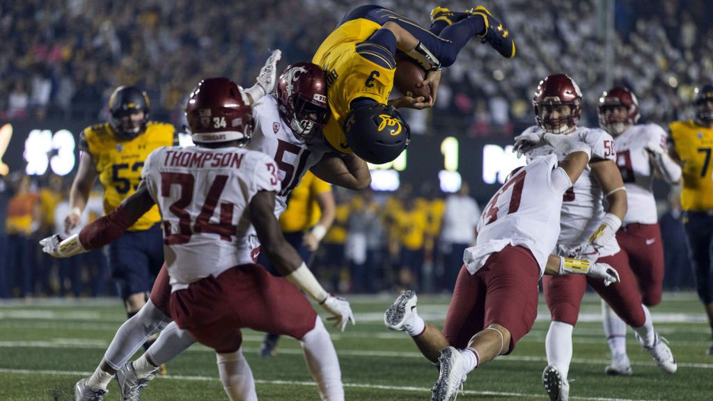 ¡El touchdown más impresionante del fútbol americano universitario! Salta por encima de su rival dando una voltereta