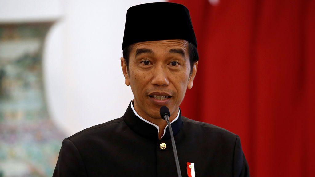 El presidente de Indonesia, Joko Widodo, gesticula mientras habla durante una conferencia de prensa conjunta con el emir Sheikh Tamim bin Hamad al-Thani de Qatar en el palacio presidencial en Bogor