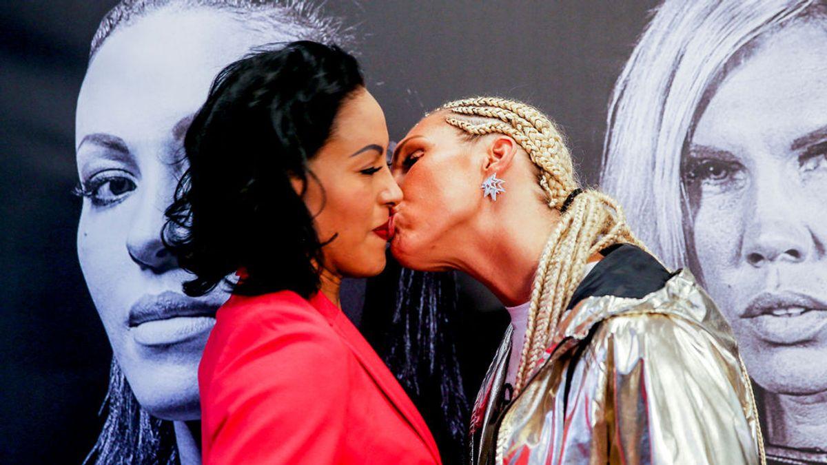 La boxeadora Mikaela Lauren besa en la boca a la campeona Cecilia Breakhus antes de su combate