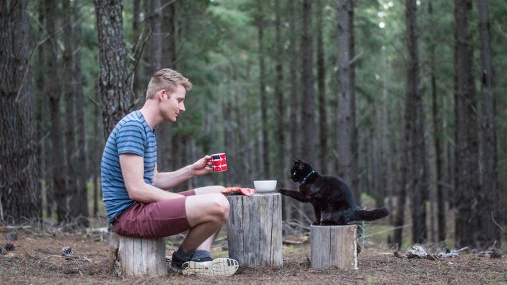 Un joven renuncia a todo y recorre el país junto a su gata
