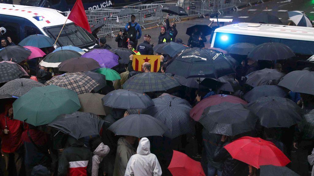 Un centenar de concentrados ante la Delegación de Gobierno por la libertad de Sànchez y Cuixart