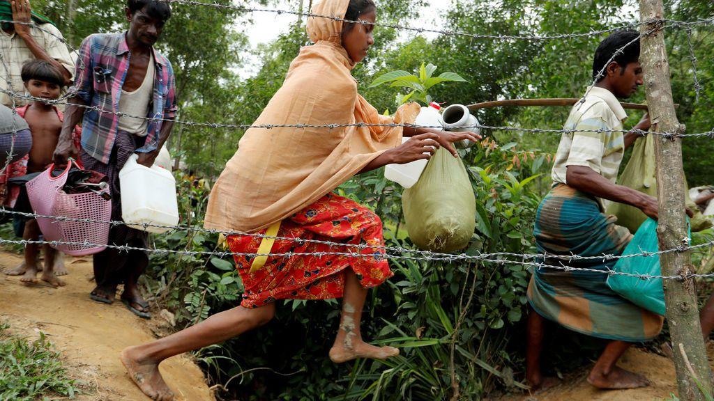 Una mujer Rohingya salta durante su travesía hasta el campo de refugiados de Kotupalang