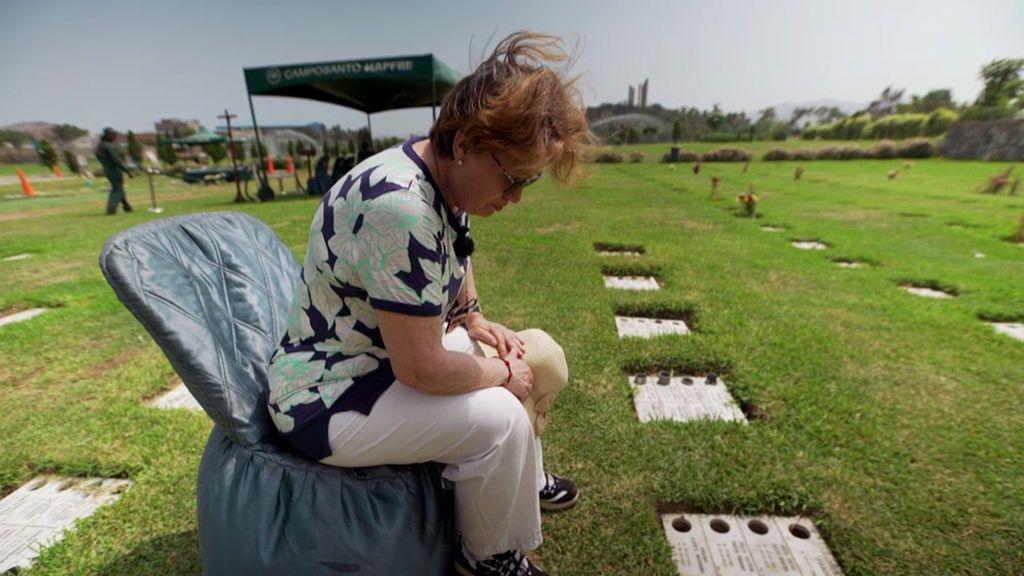 Juana encuentra por fin la tumba de su hijo, que murió enfermo en una cárcel de Perú