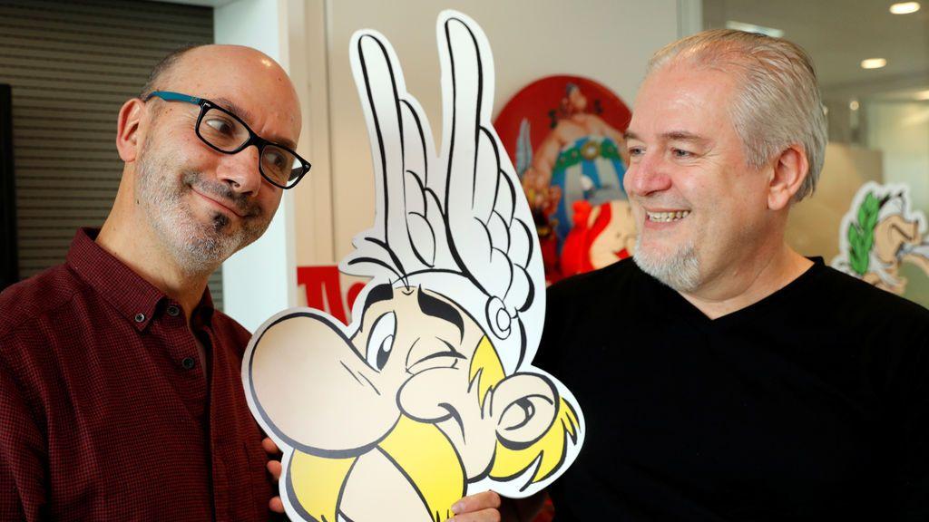 """El autor Jean-Yves Ferri (L) e ilustrador Didier Conrad (R) plantean la celebración de un recorte de cartón de Asterix durante una entrevista para su nuevo álbum cómico """"Asterix et la Transitalique"""""""