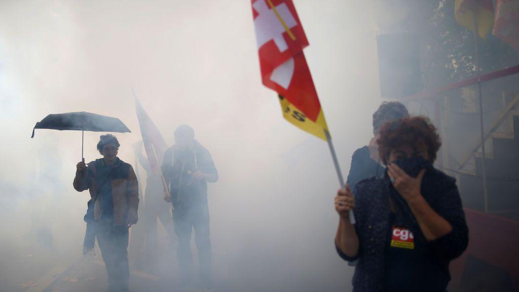 Un manifestante camina a través del humo durante una manifestación contra las reformas laborales del gobierno francés