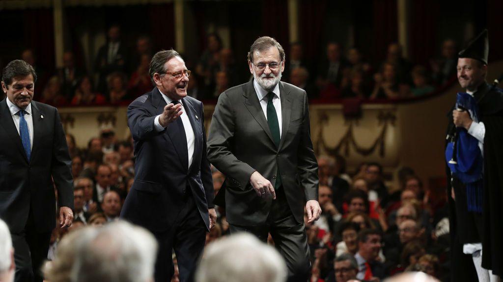 El presidente del Gobierno, Mariano Rajoy, a su llegada a la ceremonia de entrega de los premios Princesa de Asturias 2017, hoy en el Teatro Campoamor de Oviedo