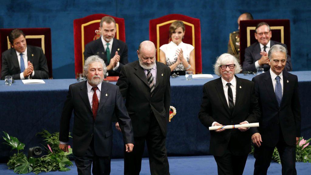 Los componentes de Les Luthiers tras recibir de manos del rey Felipe el Premio Princesa de Asturias 2017 de la Comunicación y Humanidades