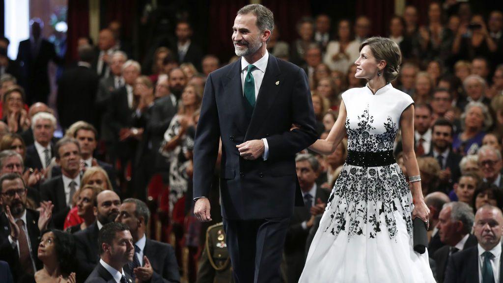 El rey Felipe VI y la reina Letizia a su entrada en el Teatro Campaoamor de Oviedo