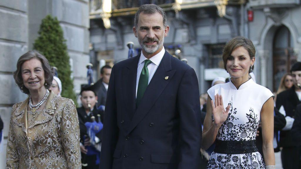 Los Reyes Felipe VI y Letizia, junto a la reina Sofía, a su llegada a la ceremonia de entrega de los Premios