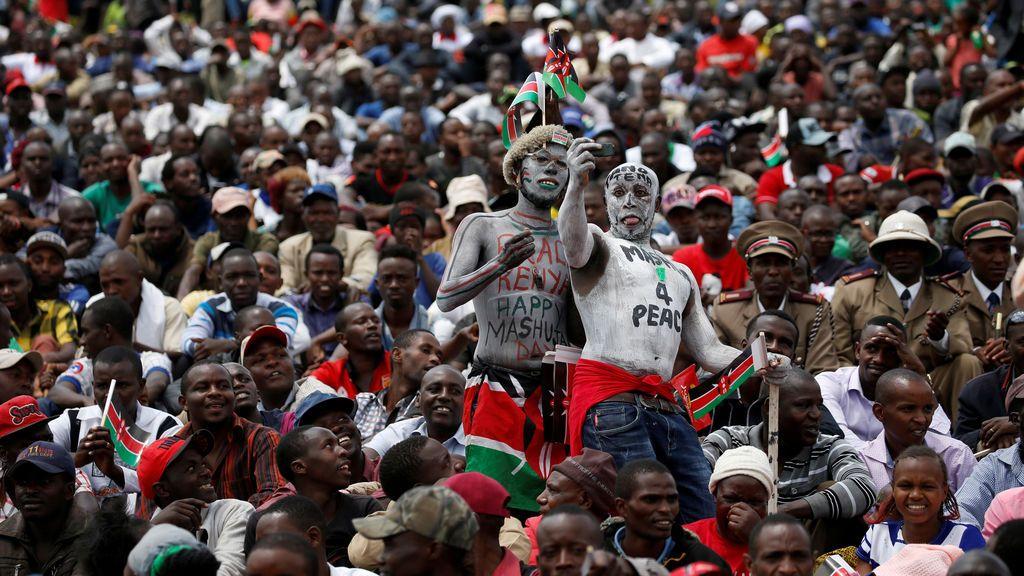 Dos hombres se hacen una foto durante la celebración del Día de los Héroes en Kenia