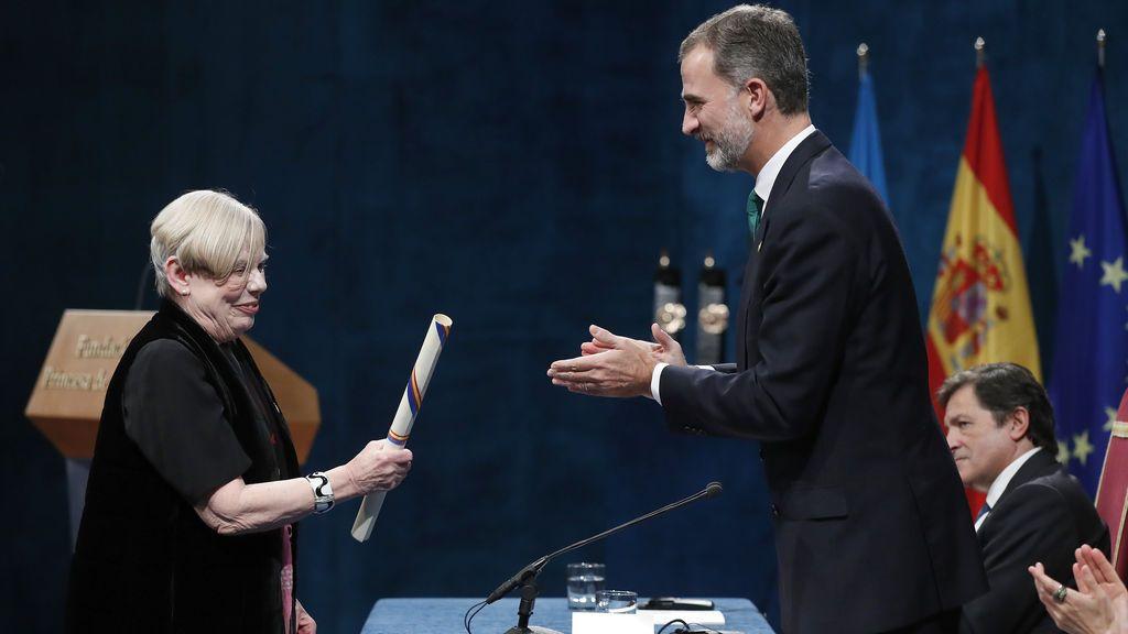El rey Felipe entrega a la pensadora británica Karen Armstrong, el Premio Princesa de Asturias 2017 de Ciencias Sociales