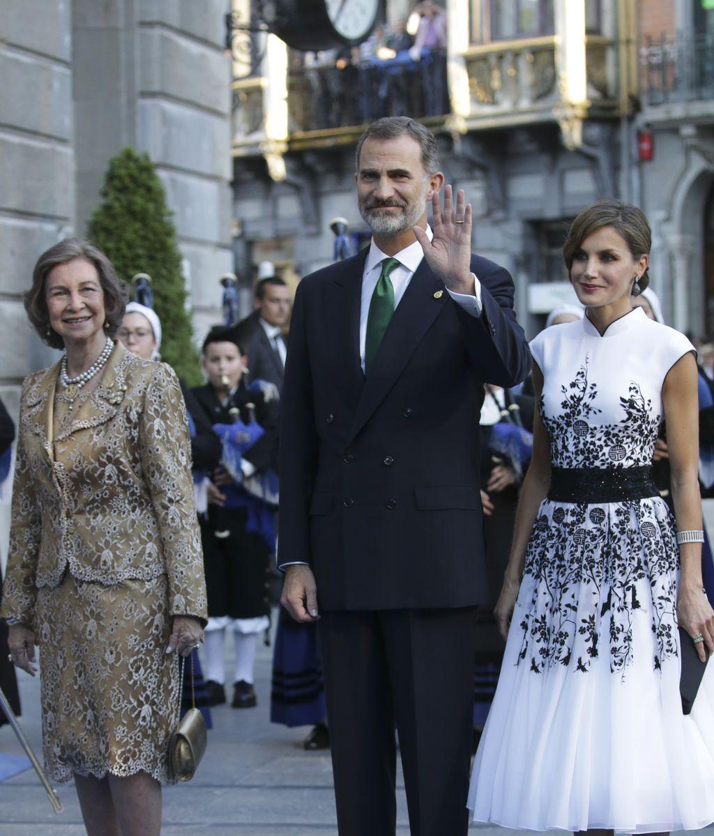 Sofia con un dos piezas estampado, Felipe de traje marino y Letizia con un vestido en blanco y negro