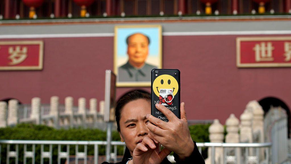 Una mujer se hace un selfie frente a la Puerta de Tiananmen durante el 19º Congreso Nacional del Partido Comunista de China