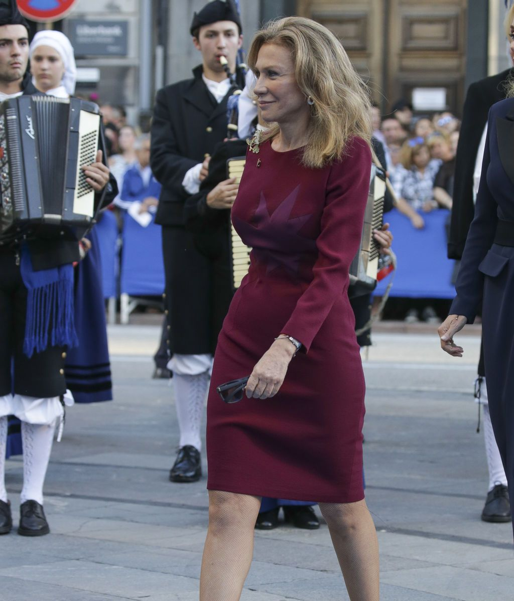 Alicia Koplowitz con un vestido burdeos con detalle de estrella