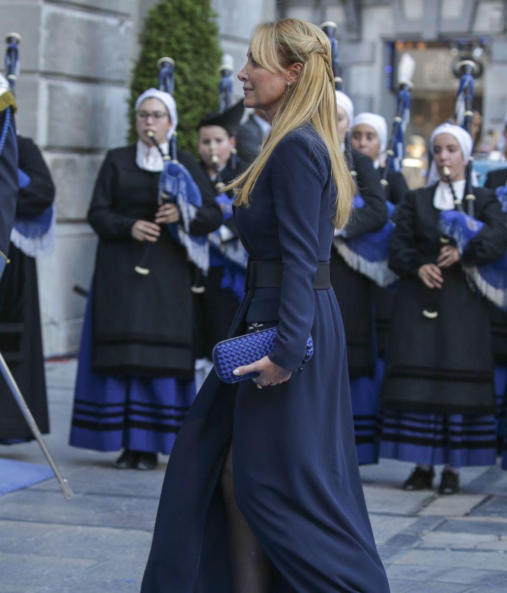Esther Koplowitz, de largo, con abertura y con un look azul noche
