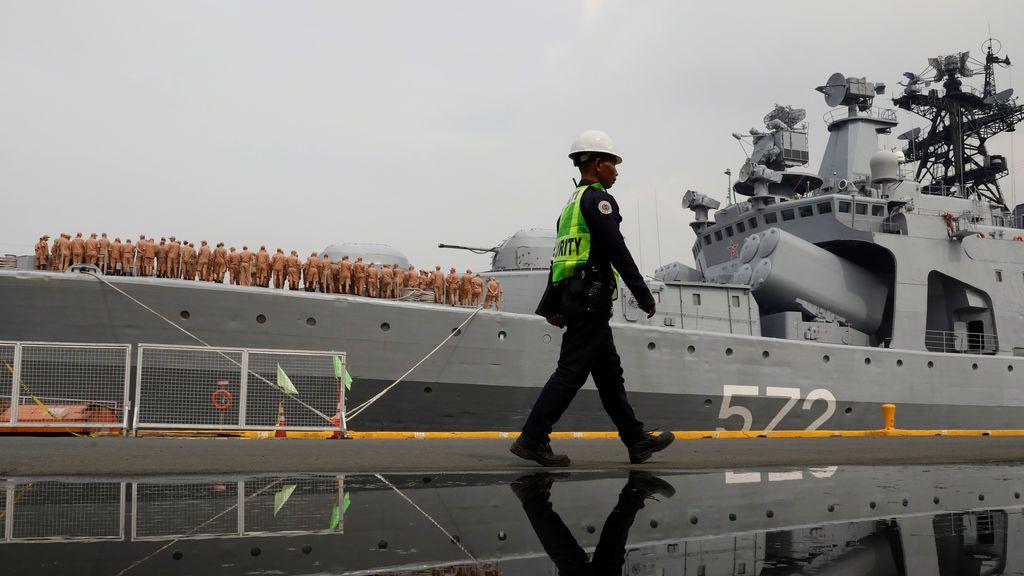 Un guardia pasa por el buque naval ruso Almirante Vinogradov durante una visita al puerto en Manila, Filipinas
