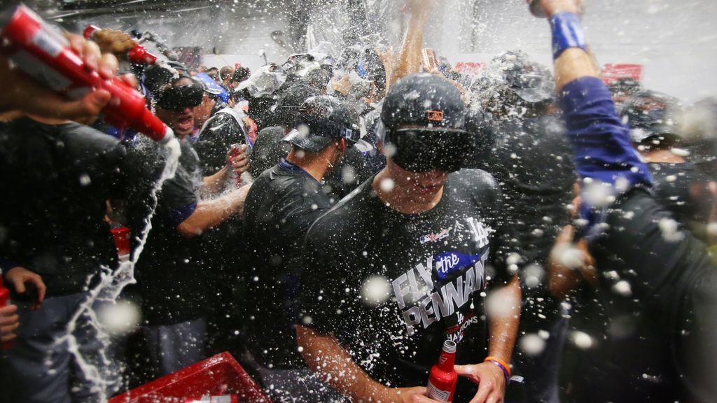 Los jugadores de los Dodgers de Los Ángeles celebran que han derrotado a los Cachorros de Chicago