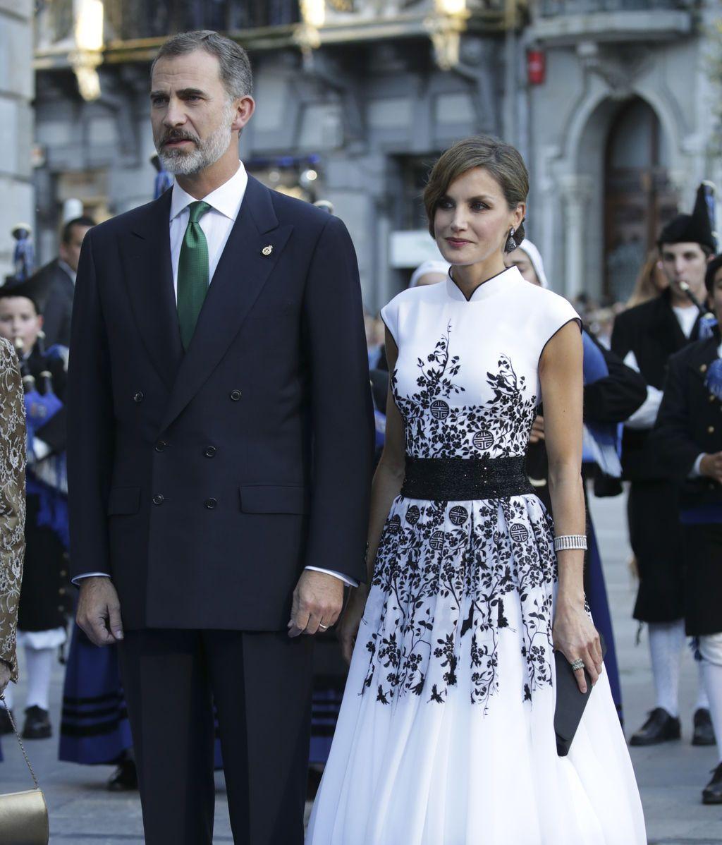 Felipe, de traje y corbata verde, y Letizia con un vestido en blanco con flores bordadas de pedrería