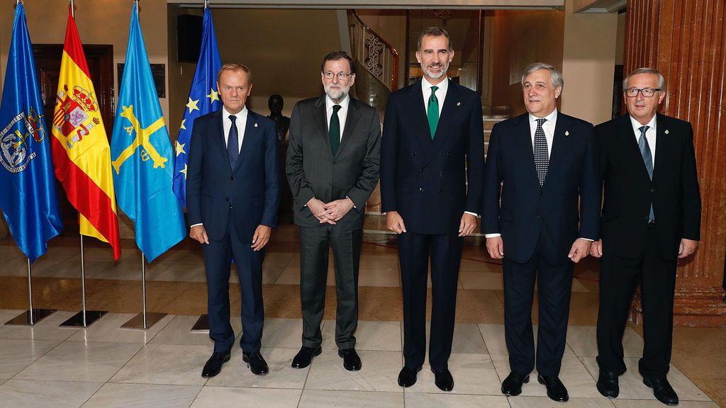 El Rey Felipe VI posa junto al presidente del Gobierno español, Mariano Rajoy , el presidente del Consejo Europeo, Donald Tusk , el presidente del Parlamento Europeo, Antonio Tajani , y el presidente de la Comisión Europea (CE), Jean-Claude Juncker .