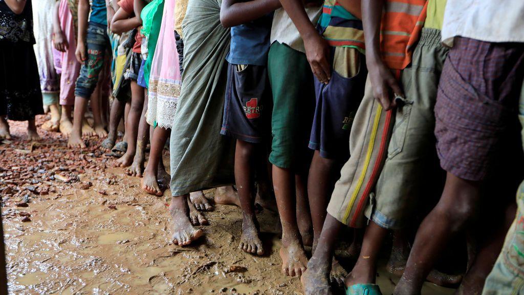 Refugiados Rohingya hacen fila en el centro de registro para ser atendidos