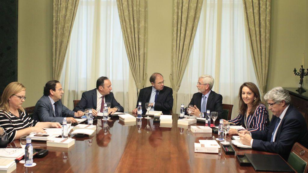 El presidente del Senado, Pío García-Escudero (c), junto al vicepresidente, Pedro Sanz (3i), y el vicepresidente segundo, Joan Lerma (3d), al inicio de la reunión de la Mesa del Senado