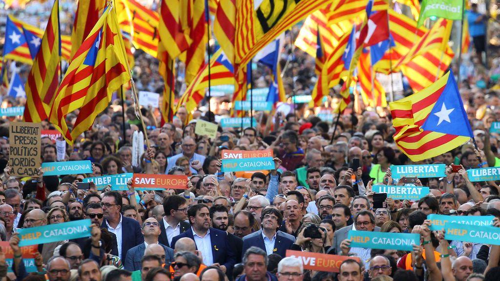 El presidente del Govern, Carles Puigdemont, y el vicepresidente, Oriol Junqueras, en la manifestación en Barcelona