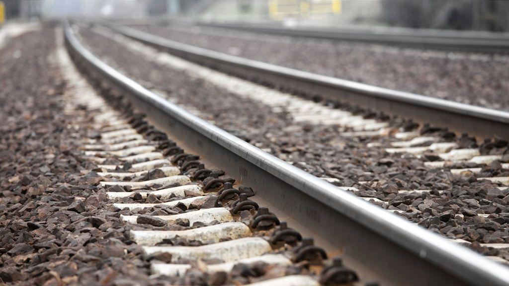 Dos muertos tras arrollar un tren a un coche en un paso a nivel en Dólar, Granada