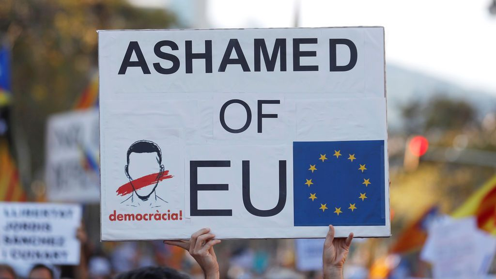 Multitudinaria manifestación en Barcelona por la libertad de los 'Jordis'