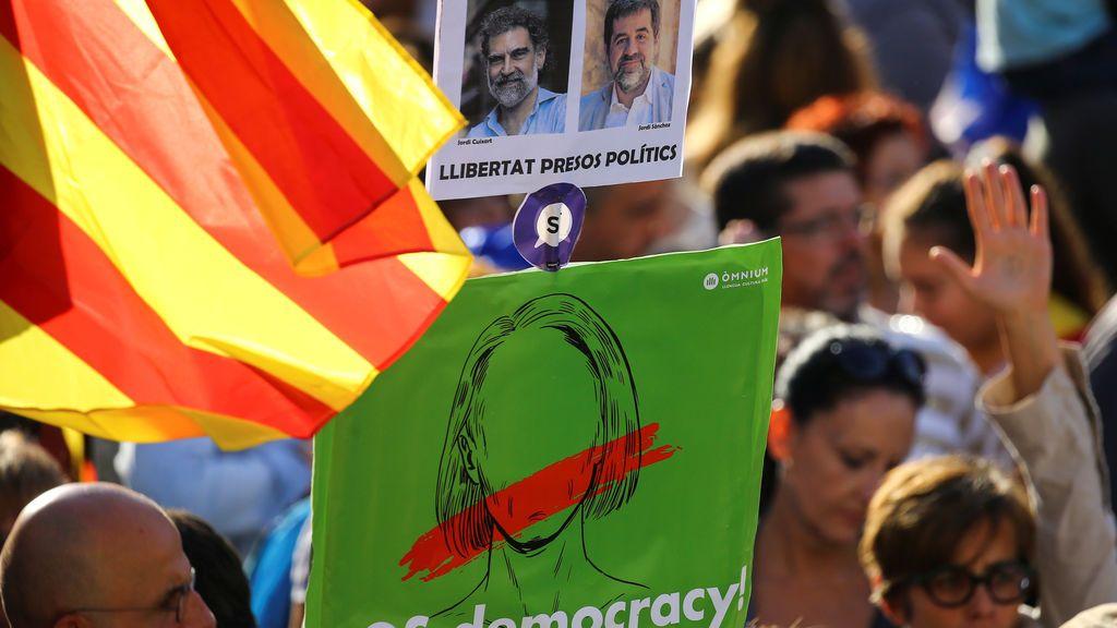 Cartel de Òmnium pidiendo la libertad de los 'Jordis'