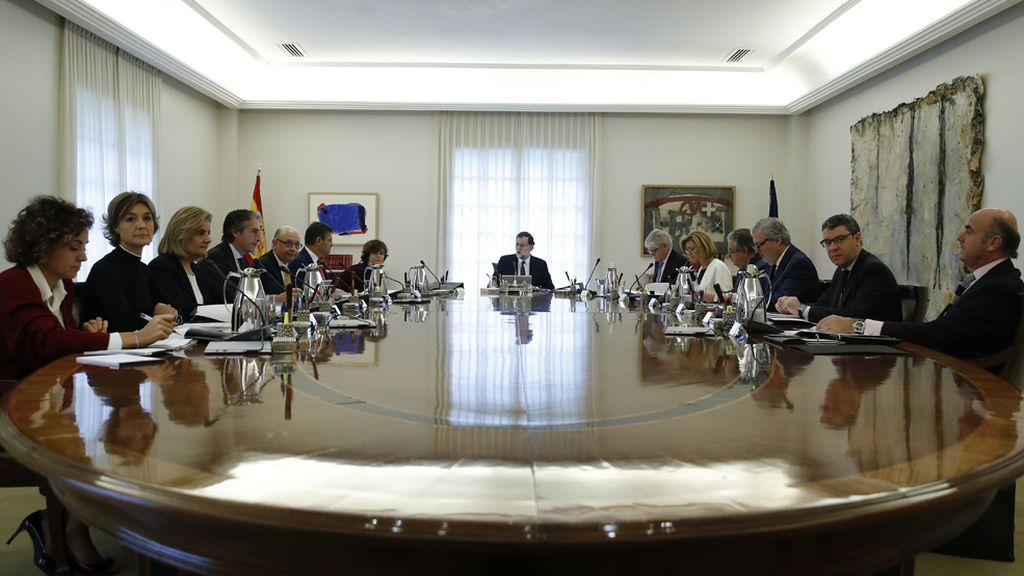 El Gobierno asume el control de los Mossos, la gestión económica y supervisará TV3