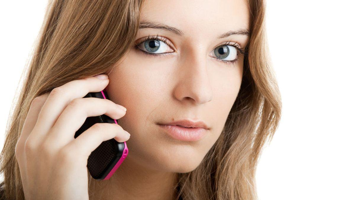 mujer al teléfono