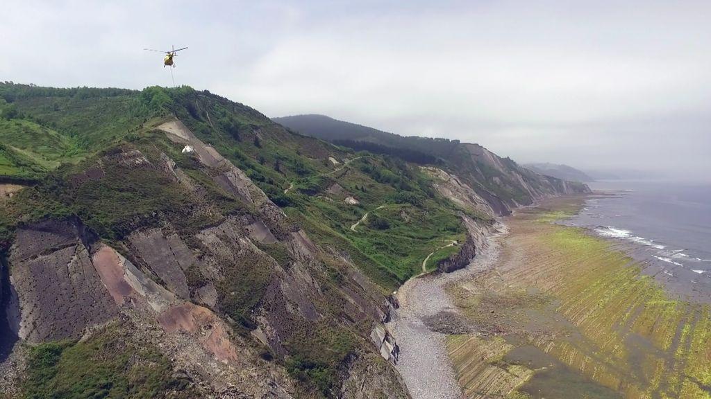 Los acantilados de 'Juego de Tronos' ya tienen dos toneladas menos de plástico gracias a 'Volando voy'