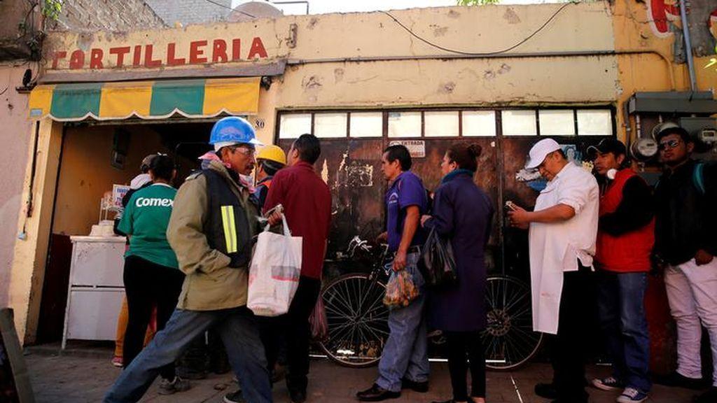 A la cola para comprar tortillas