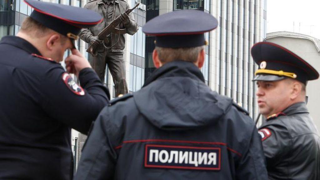 Un hombre armado irrumpe en una radio rusa y apuñala en el cuello a una periodista