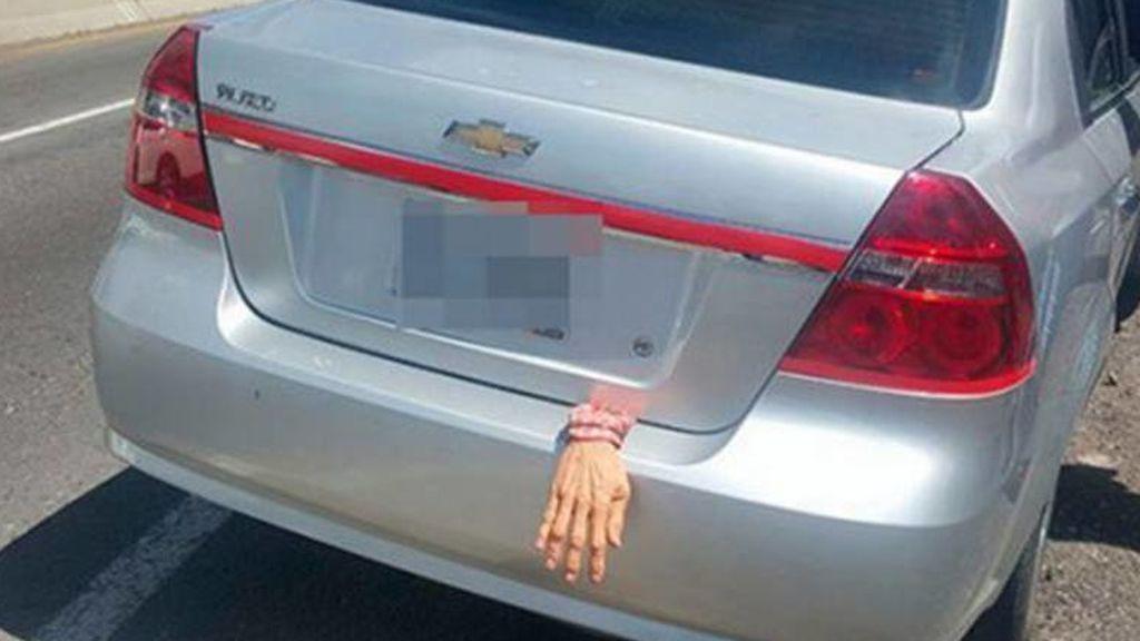 Una mano colgaba por fuera de su maletero y acabó detenido en México