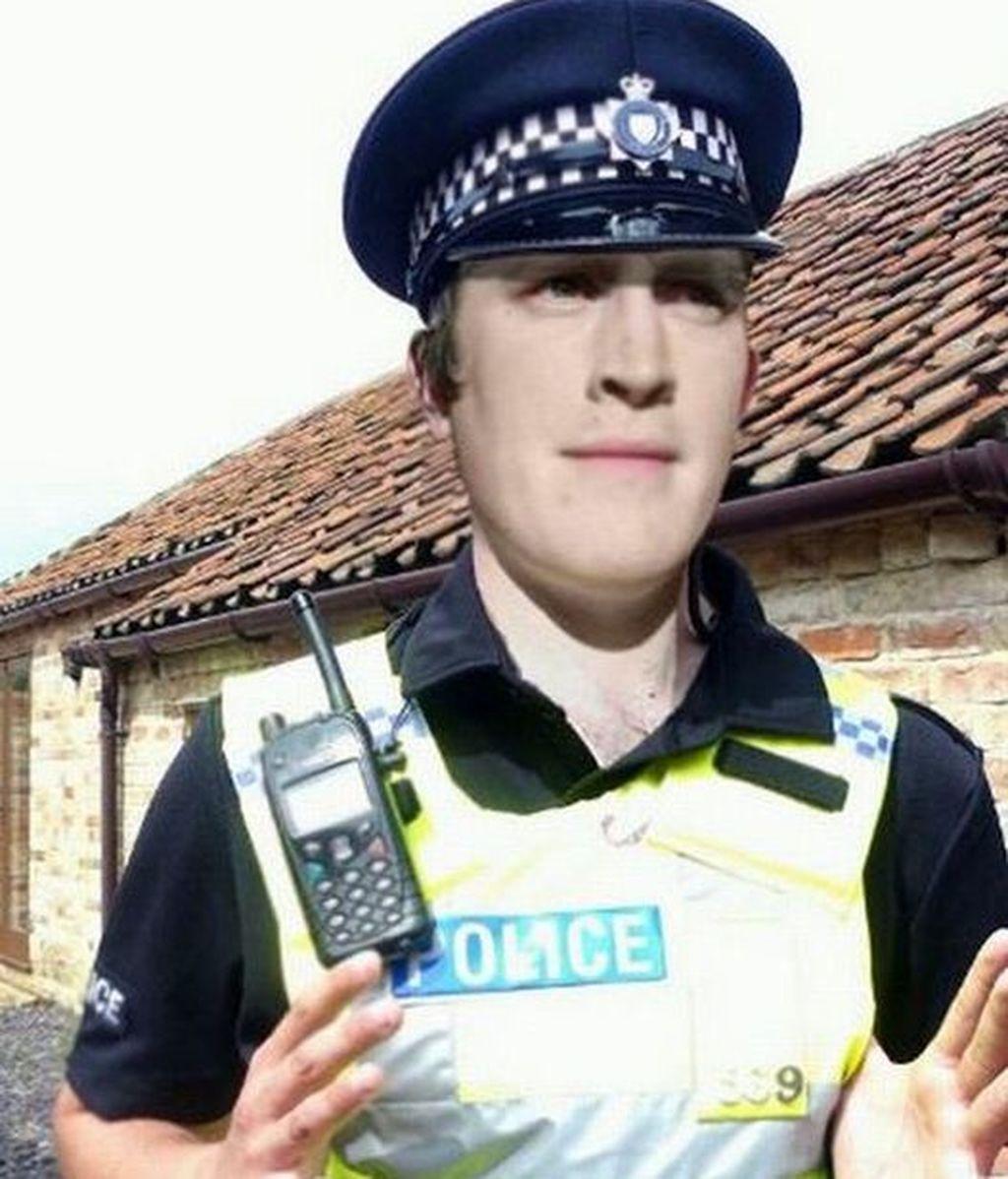 La foto manipulada con Photosohop por Jay para fingir ser un policía