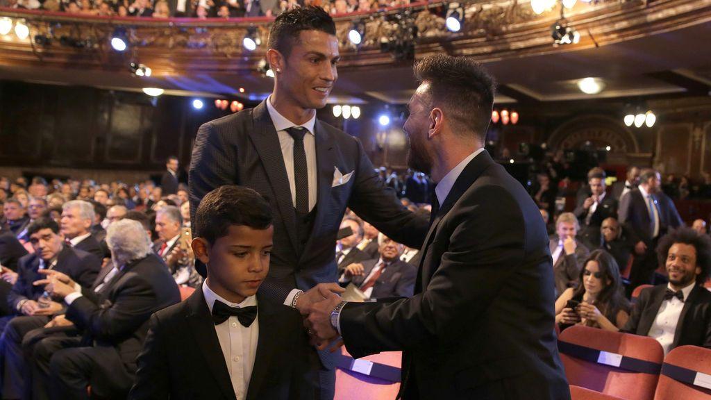 ¡No lo puede disimular! Así reaccionó el hijo de Cristiano al saludar a Leo Messi