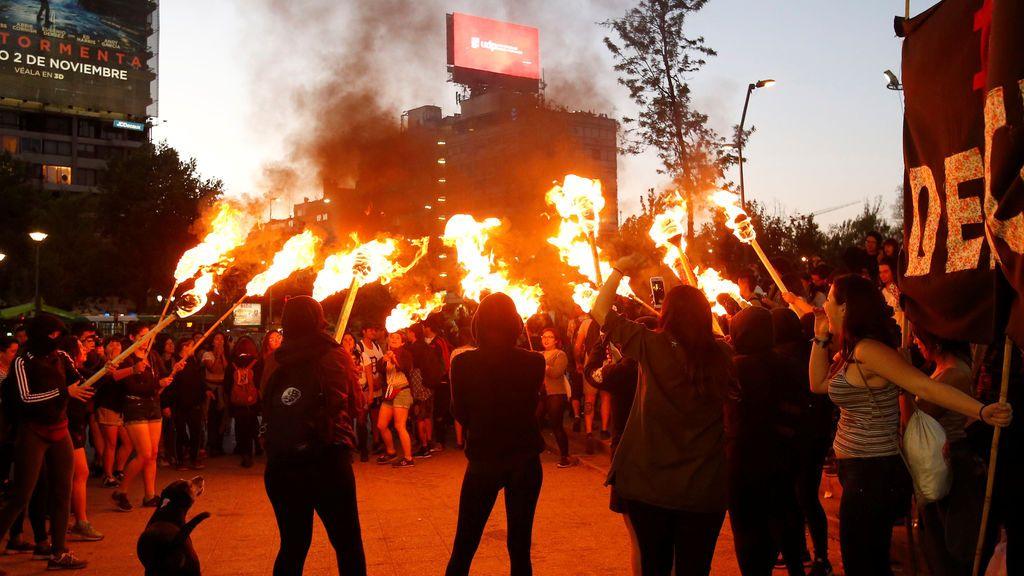 Miembros de organizaciones feministas participan en un mitin contra el acoso sexual y la violencia de género en Santiago de Chile
