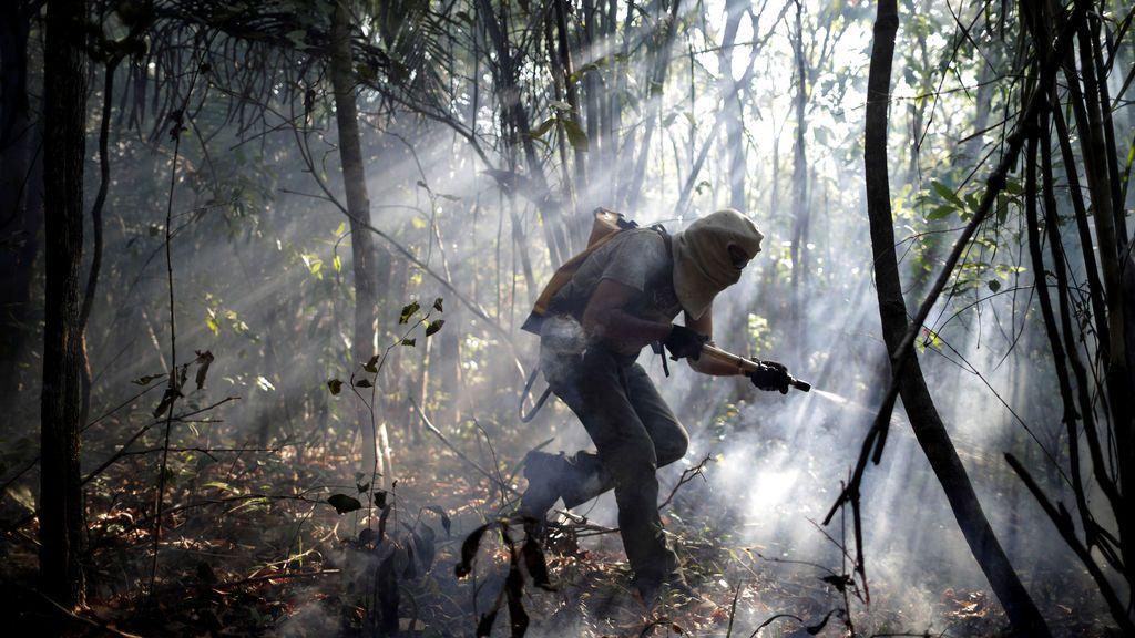 Un voluntario trabaja para apagar un incendio forestal en un área del Parque Nacional Chapada dos Veadeiros, en Alto Paraíso, Goias, Brasil,